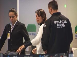 Após ser presa no RS, Sininho embarcou para o Rio de Janeiro na tarde de sábado (Foto: Reprodução/RBS TV)
