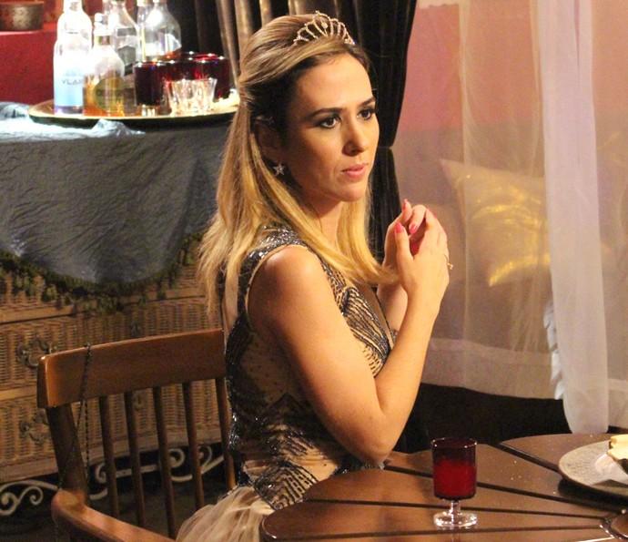 A it-girl fica em estado de choque ao ouvir as palavras do noivo (Foto: Carolina Rios/Gshow)