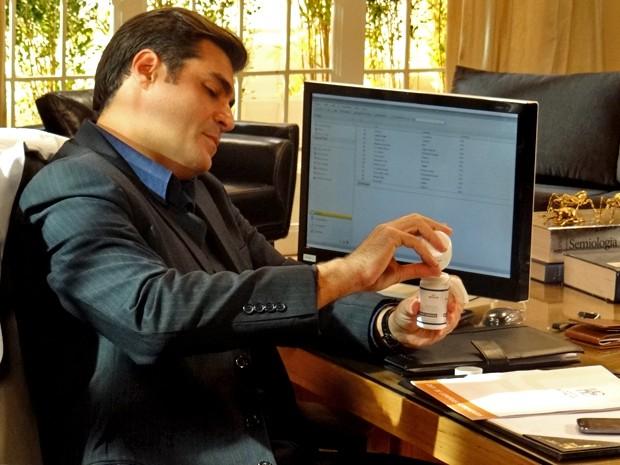 Marcos troca o remédio de Vicente (Foto: Gshow)