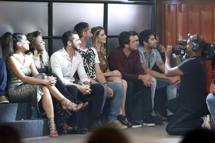 Juliana, Adélia, Matheus, Laércio, Fernanda, Daniel e Renan prestam atenção à Final do BBB (Foto: Raphael Dias/Gshow)
