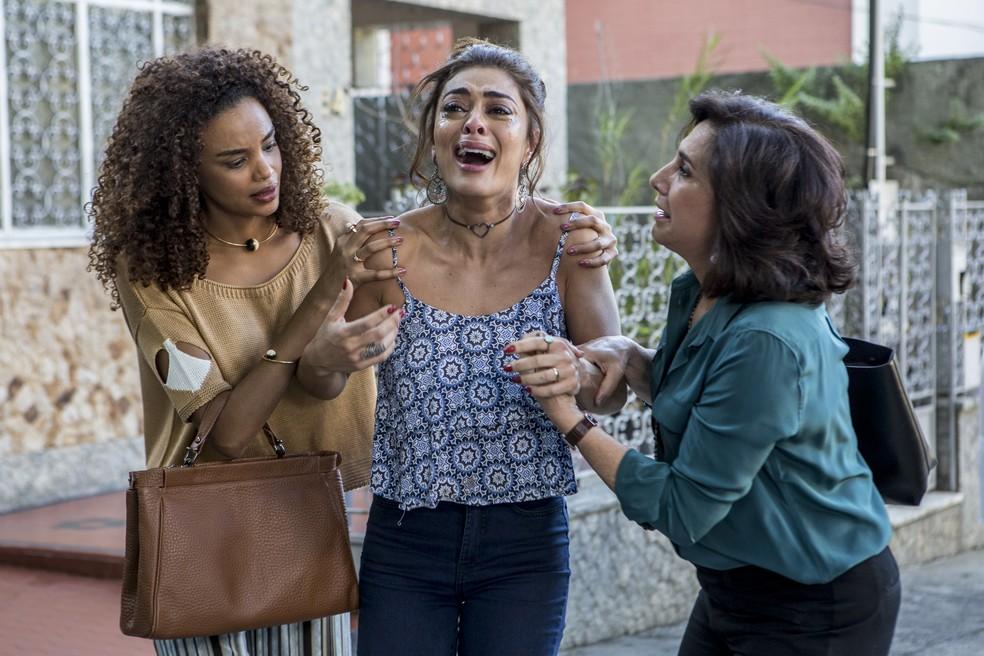 Amparada por Heleninha (Totia Meireles) e Leila (Lucy Ramos), mais uma vez, a morena não vai acreditar na polícia (Foto: Fábio rocha / Gshow)