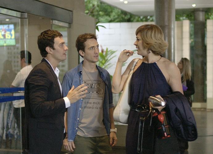 Claudia Raia é abordada por Luís Fernando e Clóvis (Foto: TV Globo)