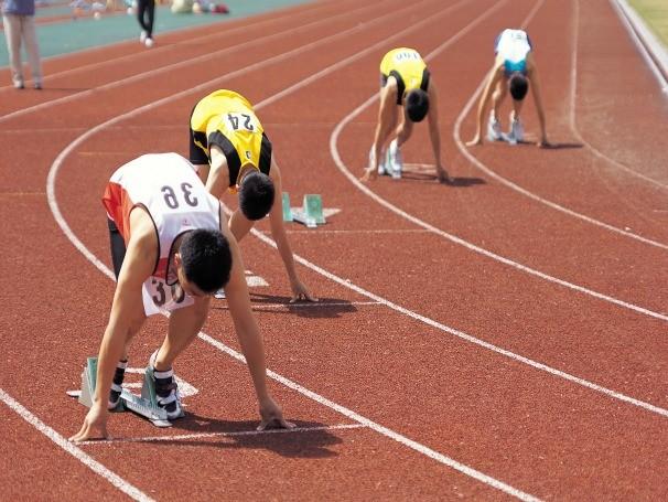 Atletas preparados para a largada na corrida de pista (Foto: ThinkStock Getty Images)