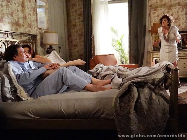Vega fica ensandecida ao flagrar Atílio na cama de Gigi (Foto: Amor à Vida / TV Globo)