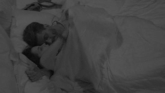 Marcos canta para Emilly: 'De dia a gente briga. À noite a gente se ama'