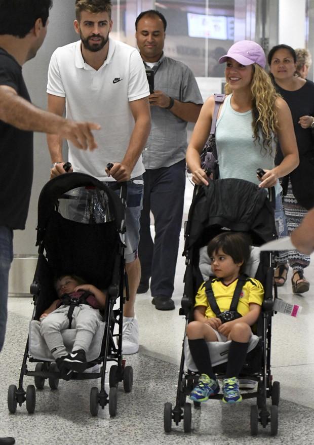 Shakira e Gerard Piqué com filhos (Foto: The Grosby Group)