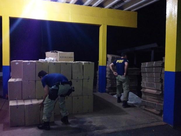 Policiais fazem contagem da caixas de cigarro (Foto: Divulgação / Polícia Rodoviária Federal)