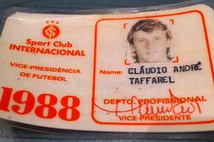 Taffarel postou sua carteirinha do tempo que jogava no Internacional (Foto: Reprodução Facebook pessoal)