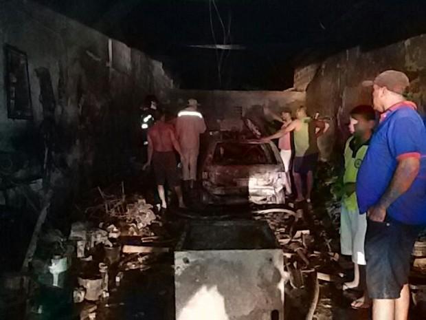 Oficina mecânica pegou fogo na noite de quinta-feira (Foto: Divulgação/Corpo de Bombeiros)
