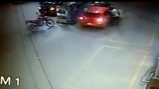 Mulher é morta a facadas dentro de carro em Valparaíso de Goiás; vídeo