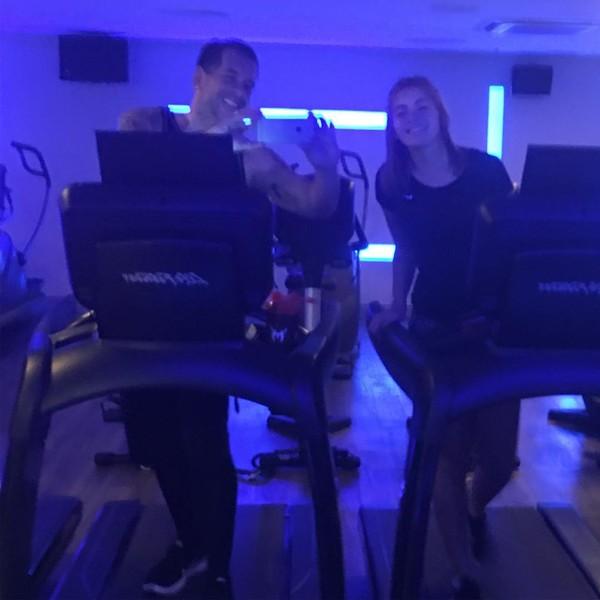 Leandro Hassum posta foto com a filha durante treino em academia