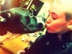 Miley Cyrus posta foto em momento fofura com seu cachorrinho