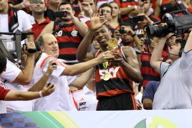 Meyinsse recebe o troféu de MVP  (Foto: Luiz Pires/NBB)
