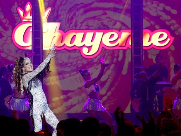 Com figurino bafônico, Chayene arrasa no palco do festival (Foto: Cheias de Charme / TV Globo)
