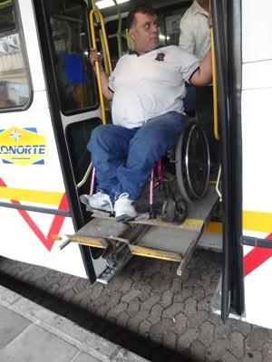Paralelepípedo não adaptado causou problemas no desembarque (Foto: Felipe Truda/G1)