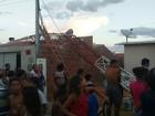 Torre de telefonia cai após ventania e atinge três casas em Petrolina, PE