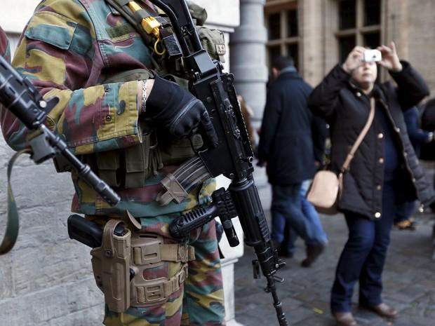 Soldados belgas fazem a segurança do Grand Place, em Bruxelas (Foto: Francois Lenoir/Reuters)