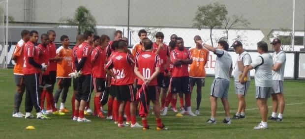 Comissão técnica conversa com elenco do Atlético-PR (Foto: Fernando Freire/GLOBOESPORTE.COM)