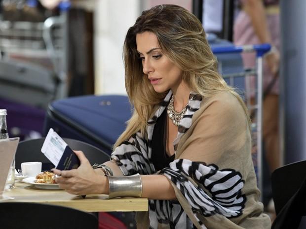 Com passagem e passaporte em mãos, Bianca desiste de embarcar (Foto: Salve Jorge / TV Globo)