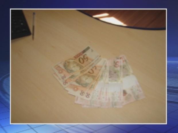 Dinheiro foi encontrado e entregue à Guarda Municipal (Foto: Reprodução/TV TEM)