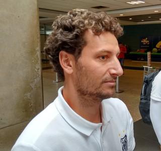 Elano Santos desembarque (Foto: Yan Resende)