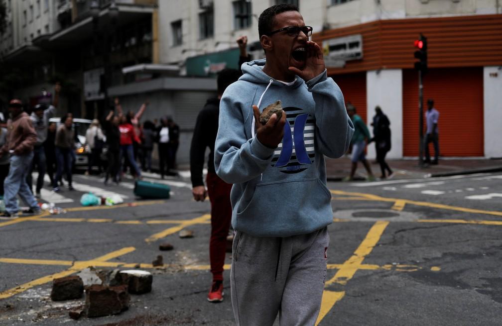 Membro do Movimento dos Sem-Teto grita para a polícia durante protesto no Centro de São Paulo.  (Foto: Nacho Doce/Reuters)