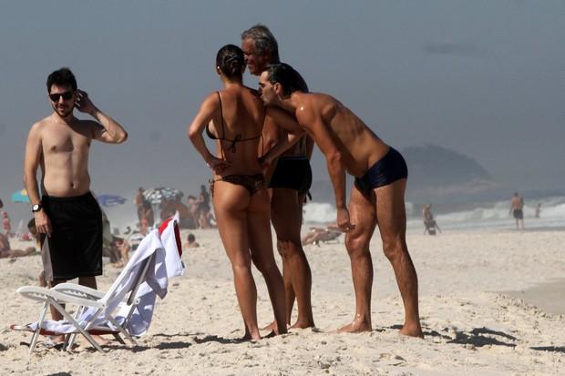 Giba e a namorada (Foto: Marcos Ferreira / photo rio news)