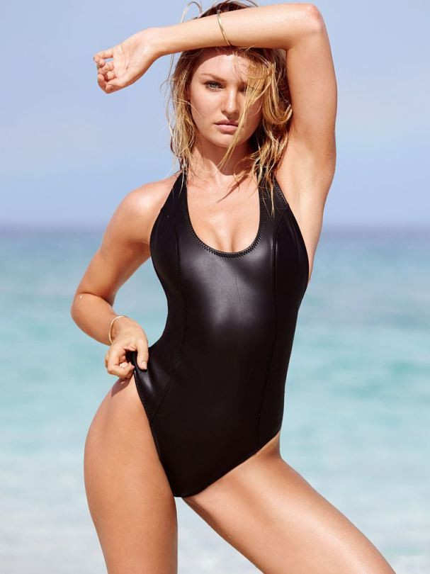 Candice Swanepoel posa com beachwear de couro para Victoria's Secret