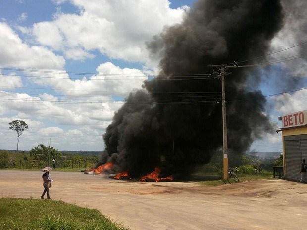 Moradores fecham vias em protesto na BR-110, (Foto:  Portal Alagoinhas News / Divulgação)