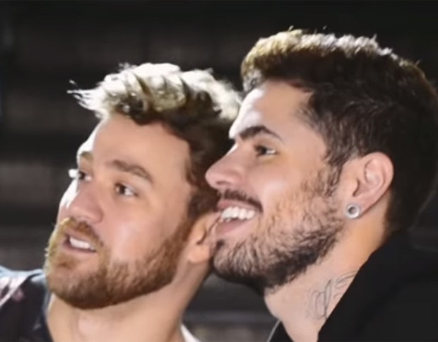 Vinícius Trindad e o namorado, o cantor Leandro Buenno (Foto: Reprodução/YouTube)