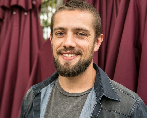 Rafael Cardoso sorri nos bastidores da gravação (Foto: Inácio Moraes/Gshow)