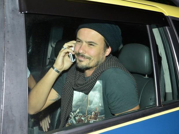 Paulo Vilhena chega falando ao celular (Foto: Ag.News)