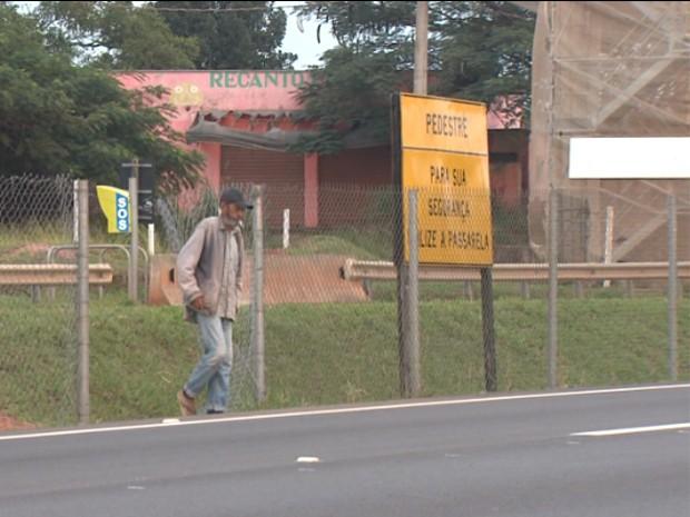 Sem acesso à passarela, moradores abrem alambrado e se arriscam em travessia de rodovia em Artur Nogueira (Foto: Reprodução/ EPTV)