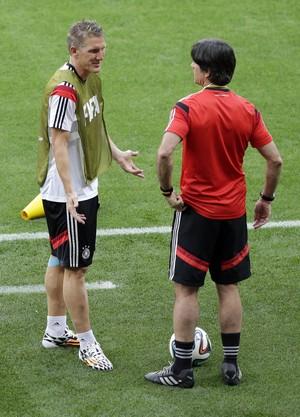 Schweinsteiger e Low treino alemanha mineirão (Foto: AP)