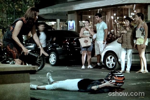 Gisele fica machucada ao cair de moto (Foto: Em Família / TV Globo)