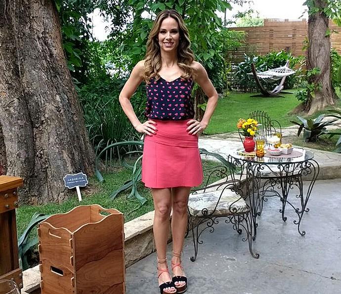 Look da apresentadora tem blusa estampada e sandália flat (Foto: Carolina Berger/Gshow)
