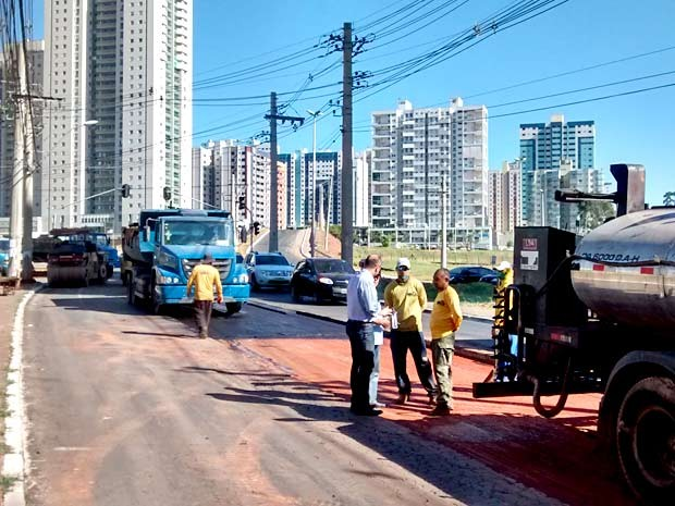 Novacap trabalha no recapeamento da avenida Araucárias, em Águas Claras, no DF (Foto: Lucas Nanini/G1)