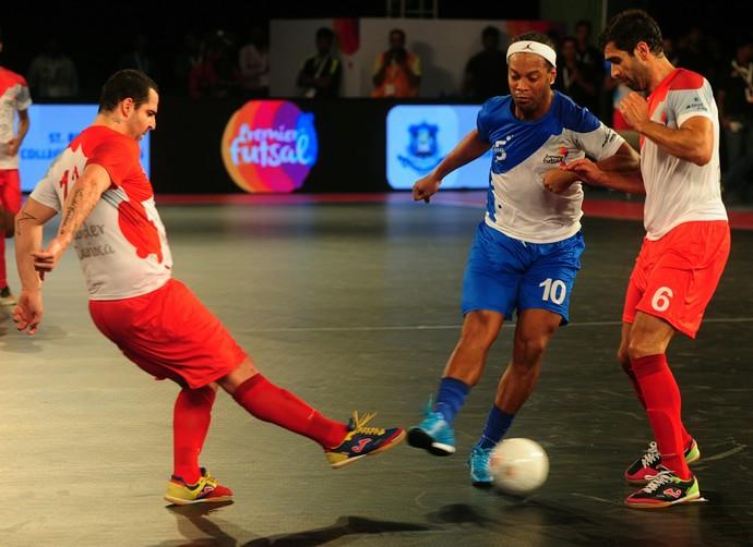 Ronaldinho faz cinco gols e vence a primeira em liga de futsal na Índia 84f17840cc000