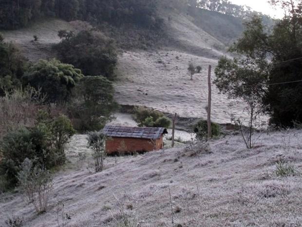 Marmelópolis registra geada nesta segunda-feira (13) (Foto: Rodrigo Junior Ribeiro)
