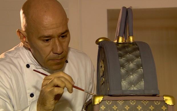 Ele encontrou o talento na dificuldade e produz bolos que são obras de arte (Foto: Rede Amazônica)