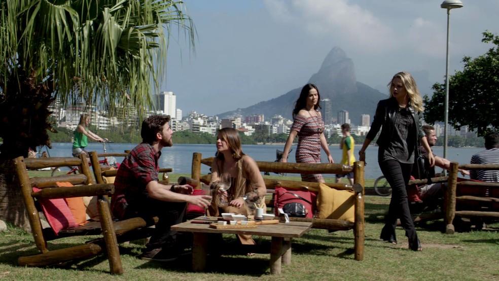 Anita flagra Cibele e Amaro no maior climinha... (Foto: TV Globo)