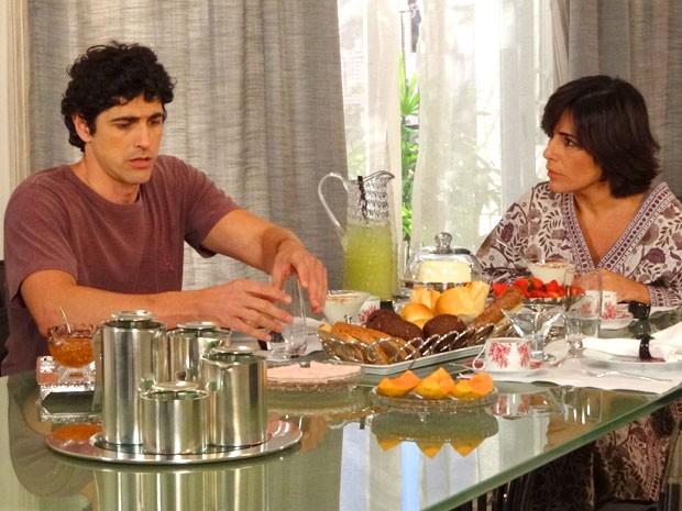 Nando derrama água na mesa ao ouvir que vai trabalhar com Juliana (Foto: Guerra dos Sexos / TV Globo)