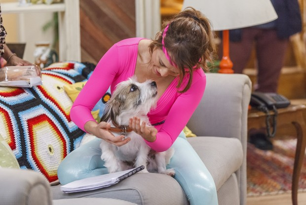 Mariana Ximenes com o cãozinho Guti nos bastidores de Haja Coração (Foto: Globo/Artur Meninea)