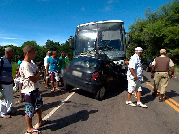 Carro invade pista contrária, atinge ônibus e mulher morre na Bahia (Foto: Imagem/ TV Bahia)