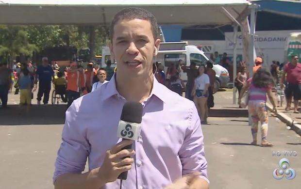 Repórter Jailson Santos pediu a namorada em casamento ao vivo (Foto: Rede Amazônica)