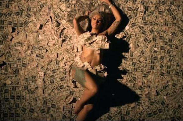 A cantora Cardi B no clipe em que foi acusada de copiar o estilo de Nicki Minaj (Foto: YouTube)