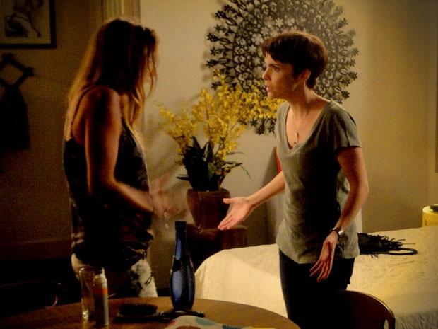 Nina tenta entender quem poderia ter roubado sua herança (Foto: Avenida Brasil / TV Globo)