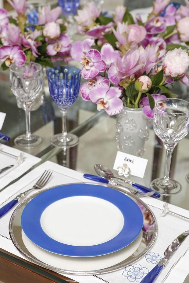 Mesa azul e branca com orquídeas e peônias