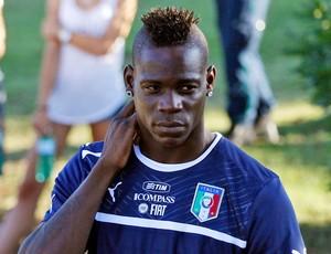 Balotelli treino Itália (Foto: AP)