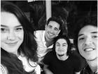 Mariana Molina, Gabriel Leone e João Vitor Silva  posam juntos